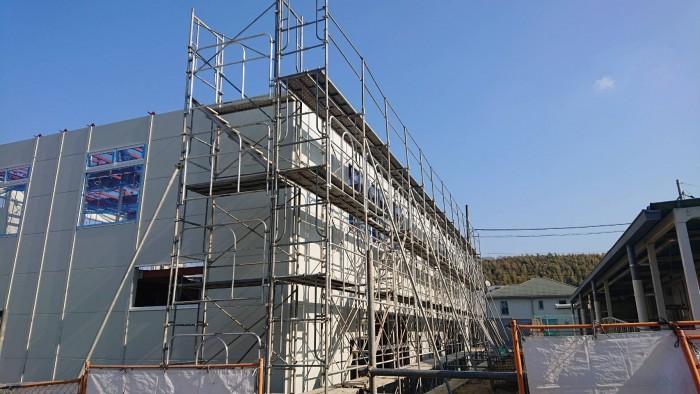 京都宇治の小学校の新築校舎の外部足場2