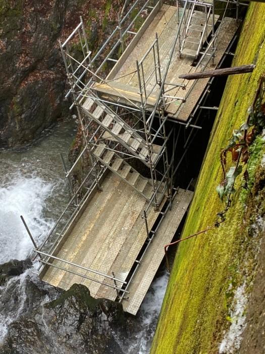 京都京北町の砂防ダム改修のステージと通路足場5
