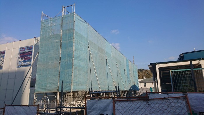 京都宇治の小学校の新築校舎の外部足場3