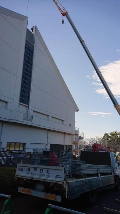 京都伏見の都市公園体育館屋上の天窓工事の為の通路足場1